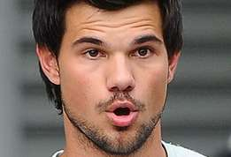 Actu people taylor lautner jacob de twilight est obese actu 01?alt=taylor+lautner taylor+lautner+%3a+jacob+de+twilight+a+pris+beaucoup+de+poids+%28photos+%29+%21&sha=966ff1a250170592