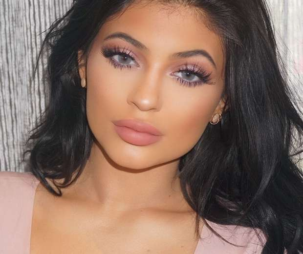 Now Kiss And Makeup: Kylie Jenner : Sexy En Noir
