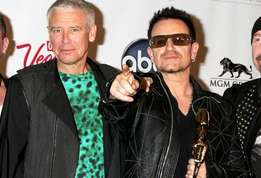 Actu people le guitariste de u 2 the edge chute violemment actu 01?alt=larry+mullen+junior%2cadam+clayton%2cbono%2cthe+edge u2%3a+le+guitariste+du+groupe%2c+the+edge%2c+chute+en+plein+concert+%21&sha=95a82d0c120d500f